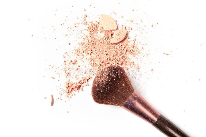 Make-up drei Bürsten und zerquetschtes Pulver lokalisiert auf weißem Hintergrund stockbilder