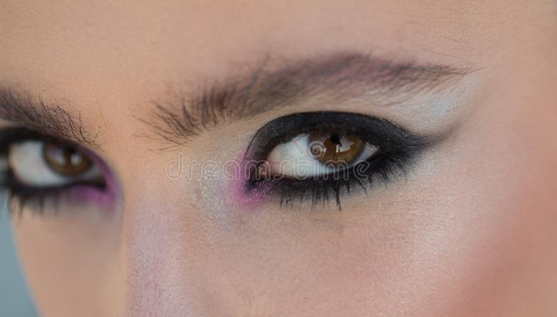 Make-up f?r Frau mit weicher Haut, Jugend Frau mit Auge bilden Blick Arbeiten Sie Blick des stilvollen M?dchens, Make-uptendenz u lizenzfreies stockfoto