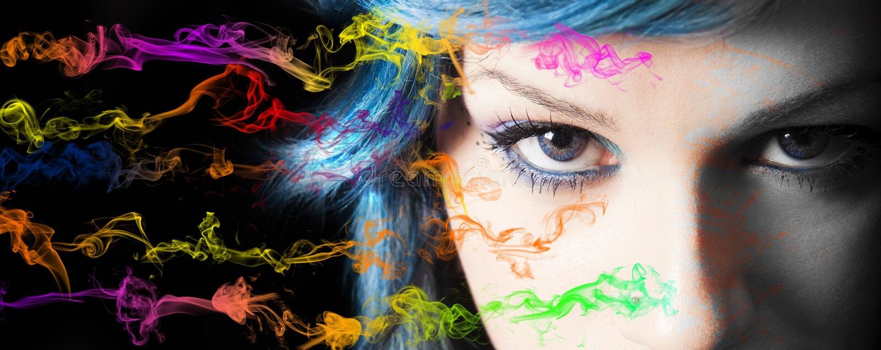 Make-up Gesichtsmake-up und -rauchfarben der jungen Frau stockbilder