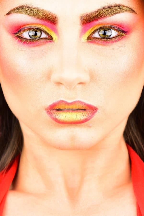 Make-up ist das Geheimnis einer Frau Hübsche Frau tragen buntes Make-up Eine Schönheit eines Mädchens Reizvolle Frau mit kreative lizenzfreie stockfotografie