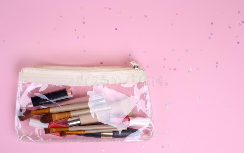Make-up professionele schoonheidsmiddelen op roze achtergrond Hoogste mening met exemplaarruimte stock afbeeldingen