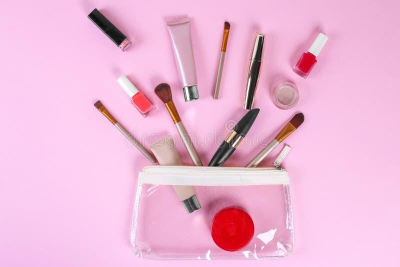 Make-up professionele schoonheidsmiddelen op roze achtergrond Hoogste mening met exemplaarruimte stock afbeelding