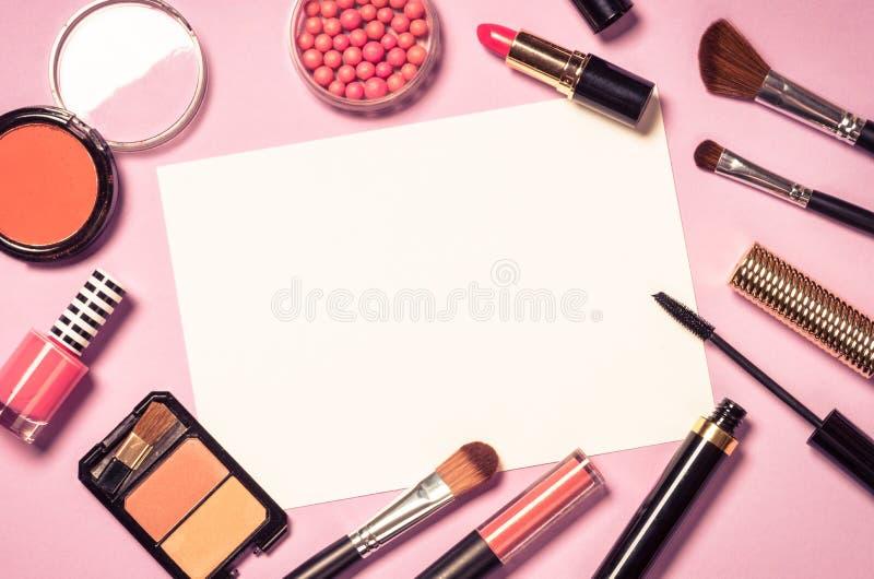 Make-up professionele schoonheidsmiddelen op roze achtergrond royalty-vrije stock fotografie