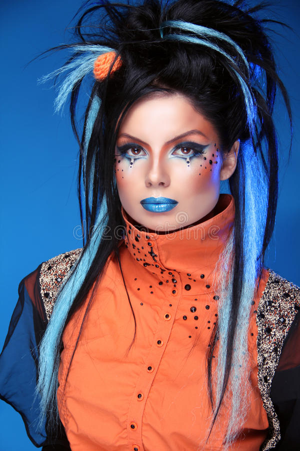 Make-up. Punkfrisur. Schließen Sie herauf Porträt des Rockmädchens mit Blau lizenzfreies stockfoto