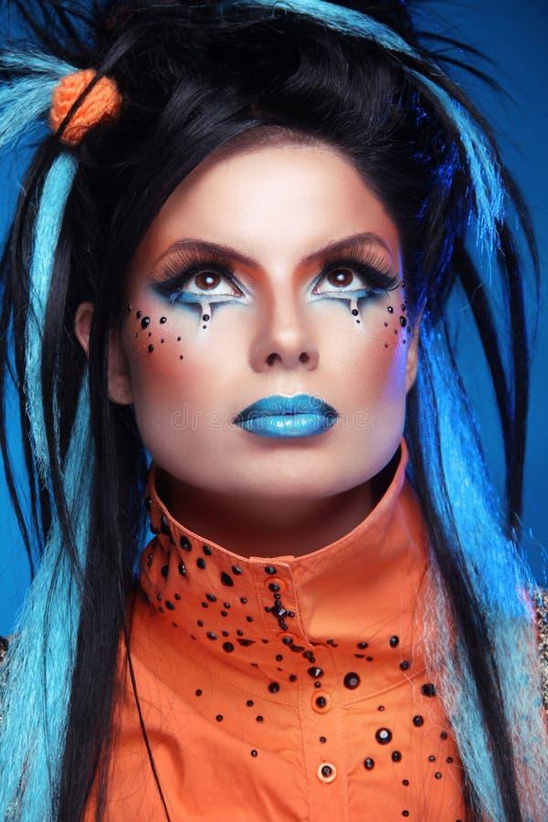 Make-up. Punkfrisur. Schließen Sie herauf Porträt des Rockmädchens mit Blau stockfotografie