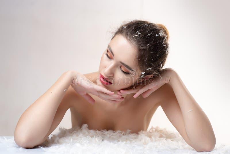 Make-up und Frisur Modischer Blick Sch?nheit und Mode Reizvolles M?dchen Sinnliche Frau in den weißen flaumigen Federn Schl?frige lizenzfreie stockbilder
