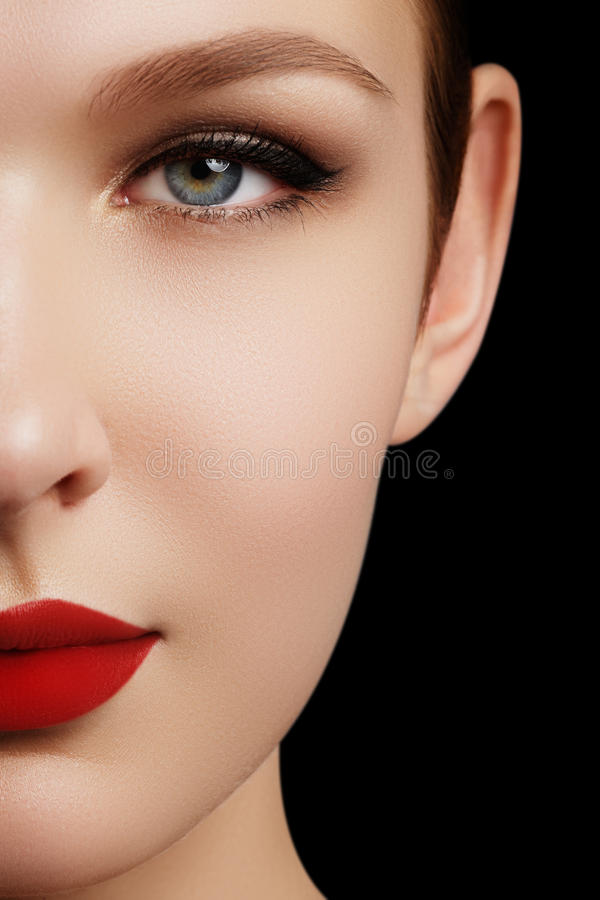 Make-up und Kosmetik Schönheitsfrauengesicht lokalisiert auf schwarzem backg stockbild