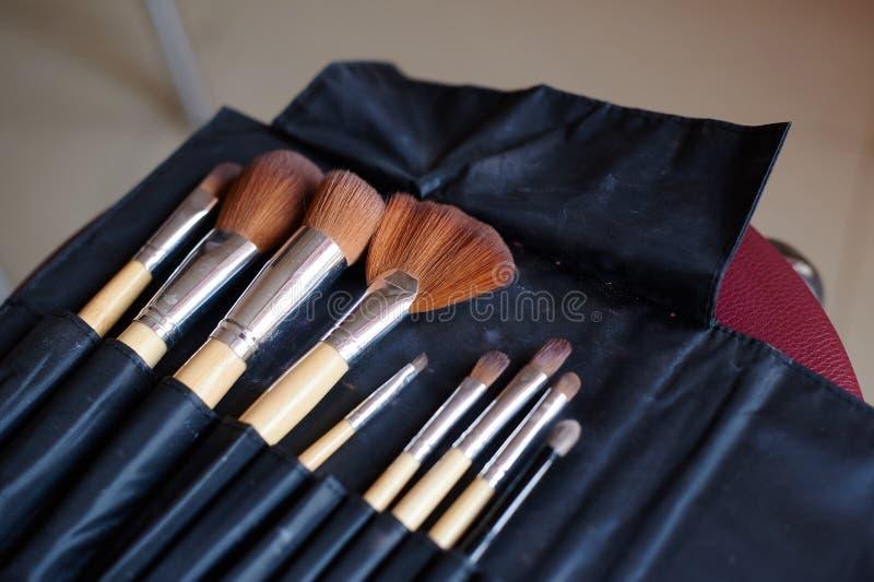 Make-upbürsten im schwarzen ledernen Kasten lizenzfreie stockbilder