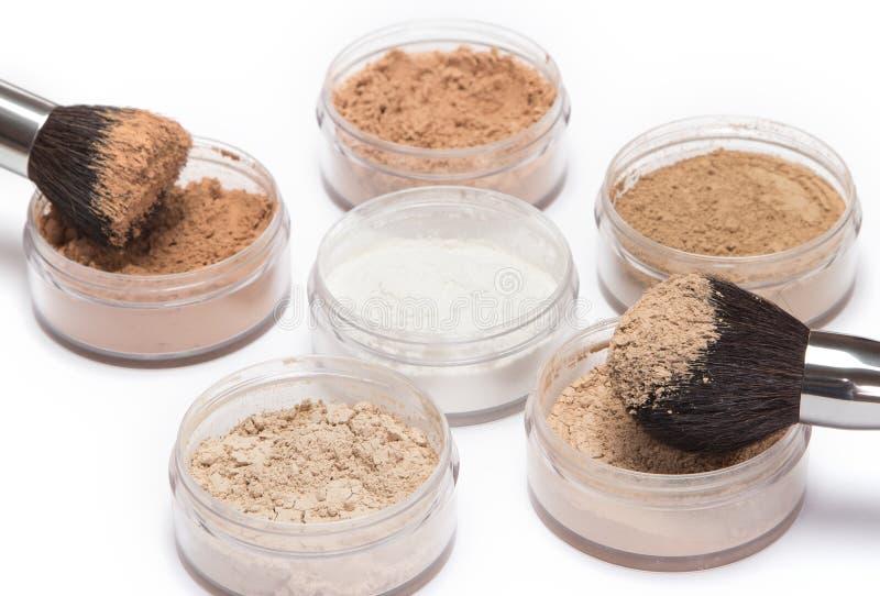 Make-upbürsten mit losem kosmetischem Pulver lizenzfreies stockfoto