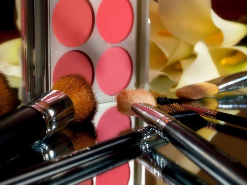 Make-upbürsten und Farbpalette. lizenzfreie stockbilder