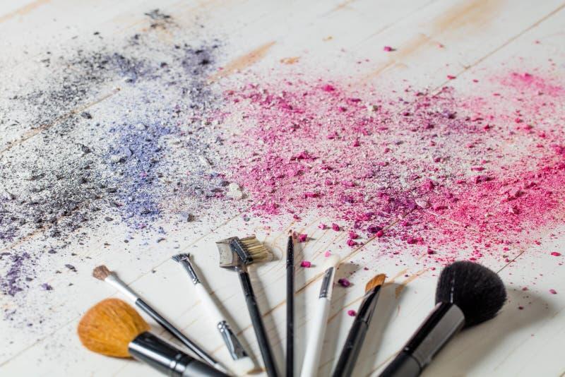 Make-upbürsten- und -lidschattenfarbdraufsicht-Schönheitsstillleben lizenzfreie stockbilder