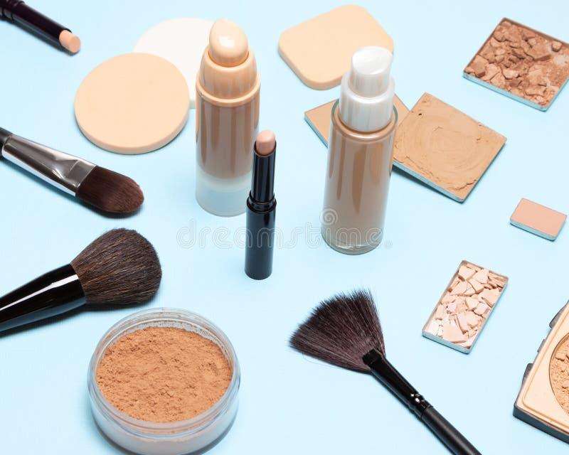 Make-upbürsten und -schwämme mit Grundlagenkosmetischen Produkten stockfoto