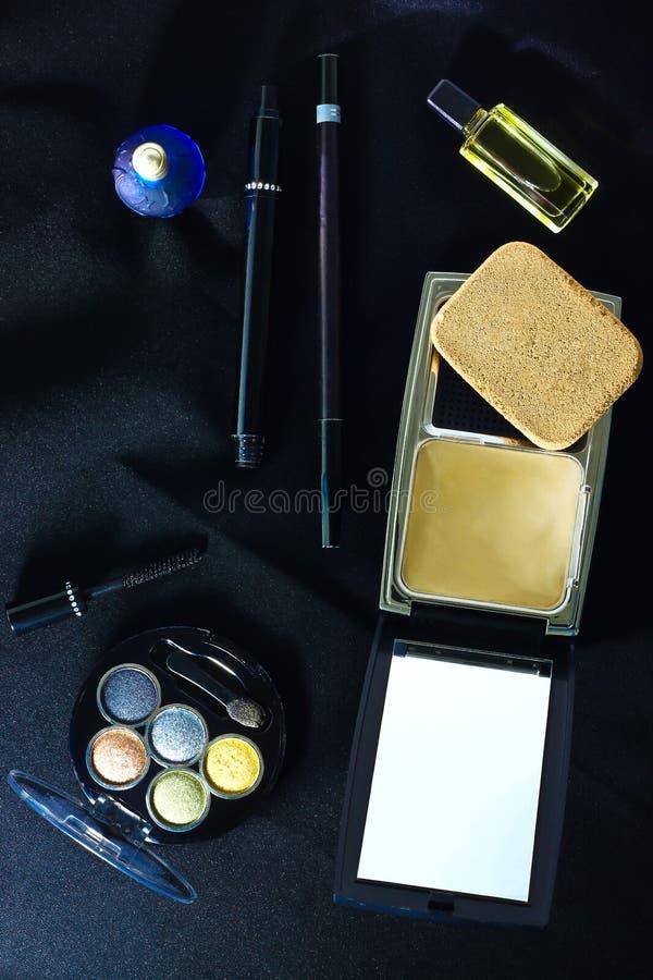 Make-upborstel en schoonheidsmiddelen stock fotografie