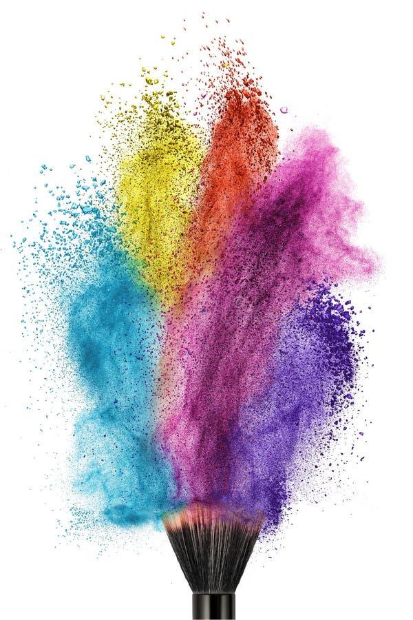 Make-upborstel met geïsoleerd kleurenpoeder stock fotografie
