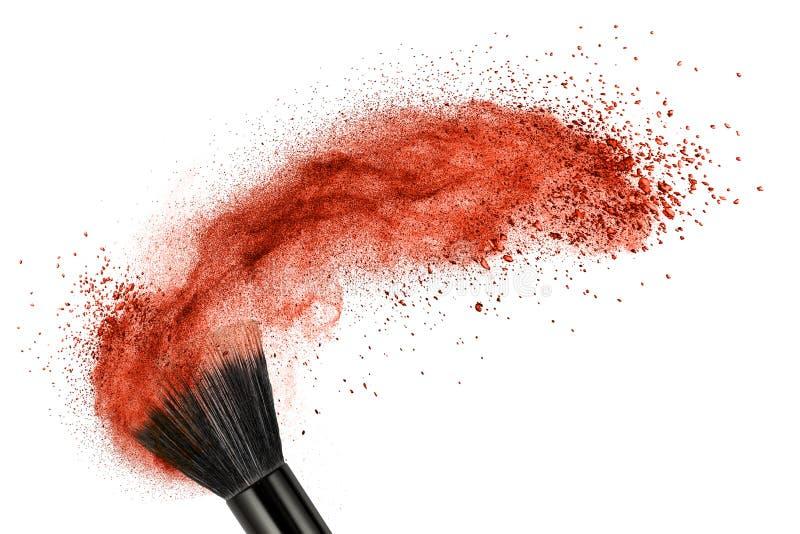 Make-upborstel met rood geïsoleerd poeder royalty-vrije stock afbeeldingen