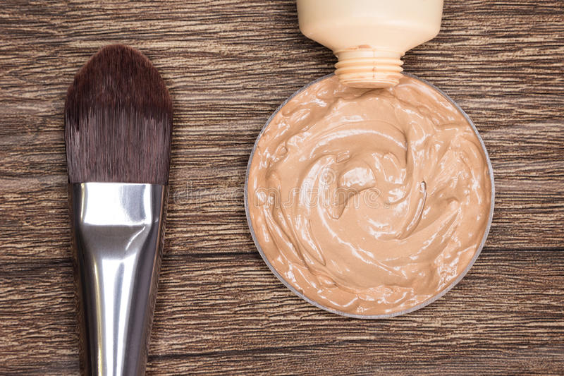 Make-upborstel met vloeibare die stichting uit buis wordt gedrukt royalty-vrije stock afbeelding