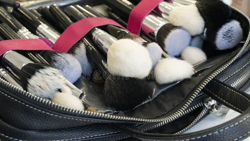 Make-upborstels in een geval royalty-vrije stock afbeelding