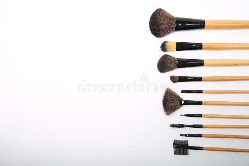 Make-upborstels op wit zijrecht als achtergrond royalty-vrije stock afbeeldingen