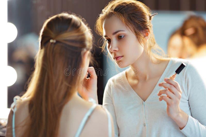 Make-upkünstler, der consealer anwendet lizenzfreies stockbild