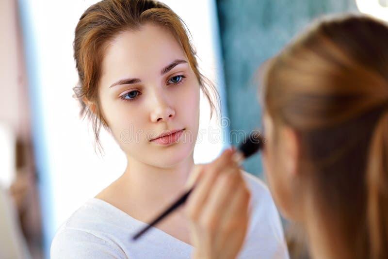 Make-upkünstler, der Pulver anwendet lizenzfreie stockbilder