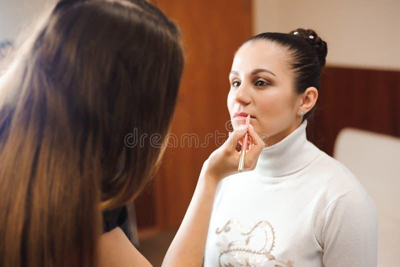 Make-upkünstlerarbeit über ihren Freund Wirkliche Leute stockfotografie