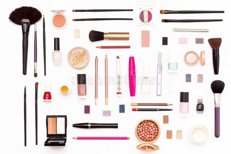 Make-upkosmetik, Bürsten und anderes Zubehör auf weißem Hintergrund stockfoto
