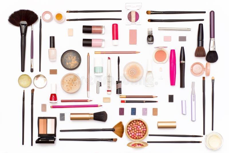 Make-upkosmetik, -bürsten und -Zubehör auf weißem Hintergrund Beschneidungspfad eingeschlossen stockfotos