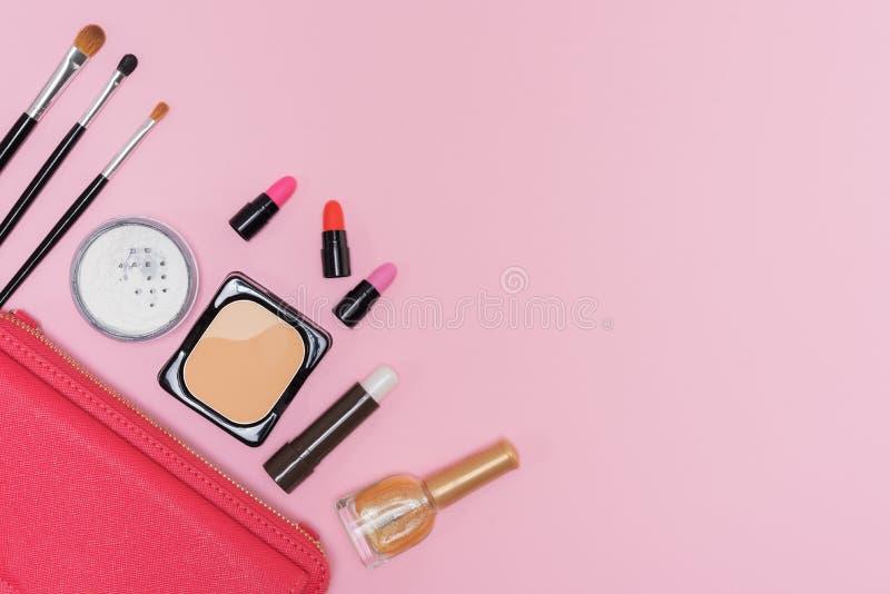 Make-upkosmetikpalette und -bürsten auf rosa Hintergrundebenenlage stockfotos
