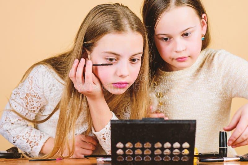 Make-upkunst Erforschen Sie M?tter, die Kosmetik Konzept einsacken E Kinderkleine M?dchen bilden Gesicht verfassung lizenzfreie stockbilder
