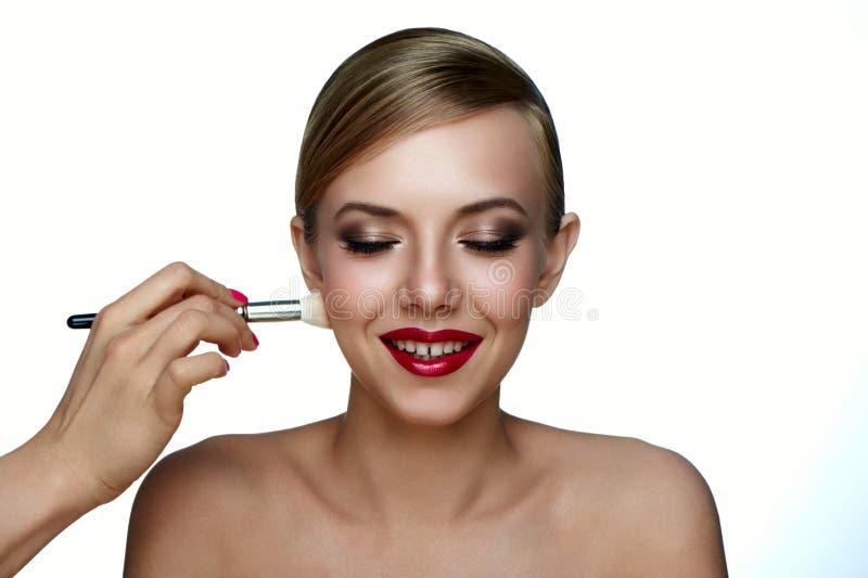 Make-upkunstenaar die Poederstichting met Borstel toepassen stock foto's