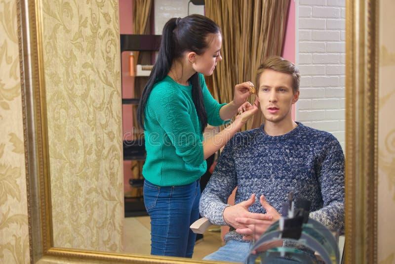 Make-upkunstenaar en jong model royalty-vrije stock fotografie