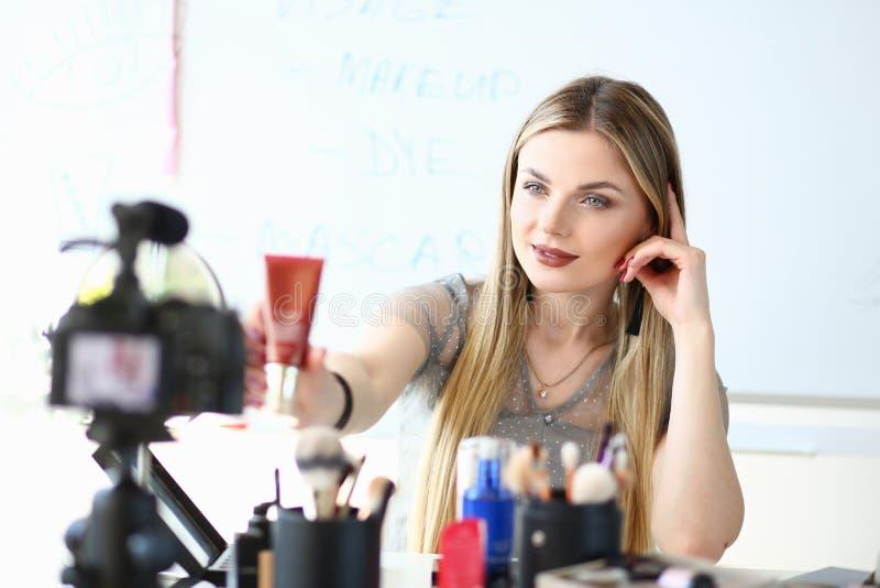 Make-upkunstenaar Work op Overzicht van de Schoonheids het Videoblog royalty-vrije stock foto's