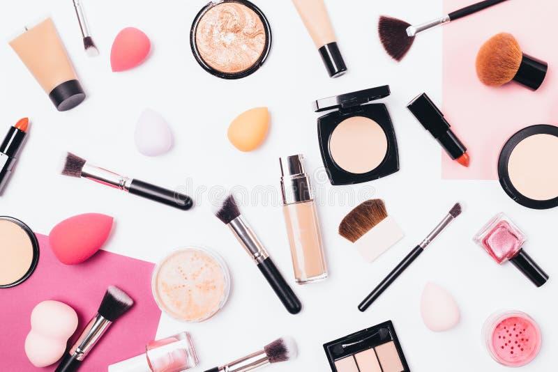 Make-upmusterhintergrund von Schönheitsprodukten stockbild