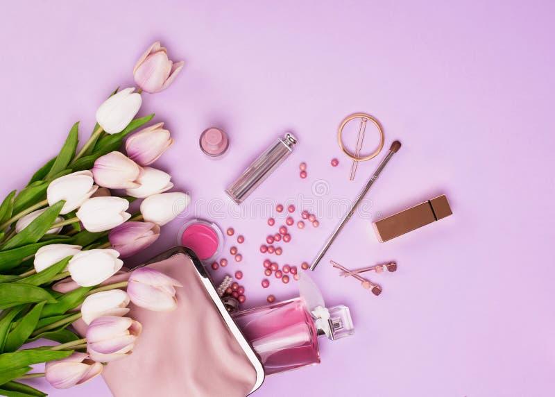 Make-upproducten met kosmetische zak en bloemen stock fotografie