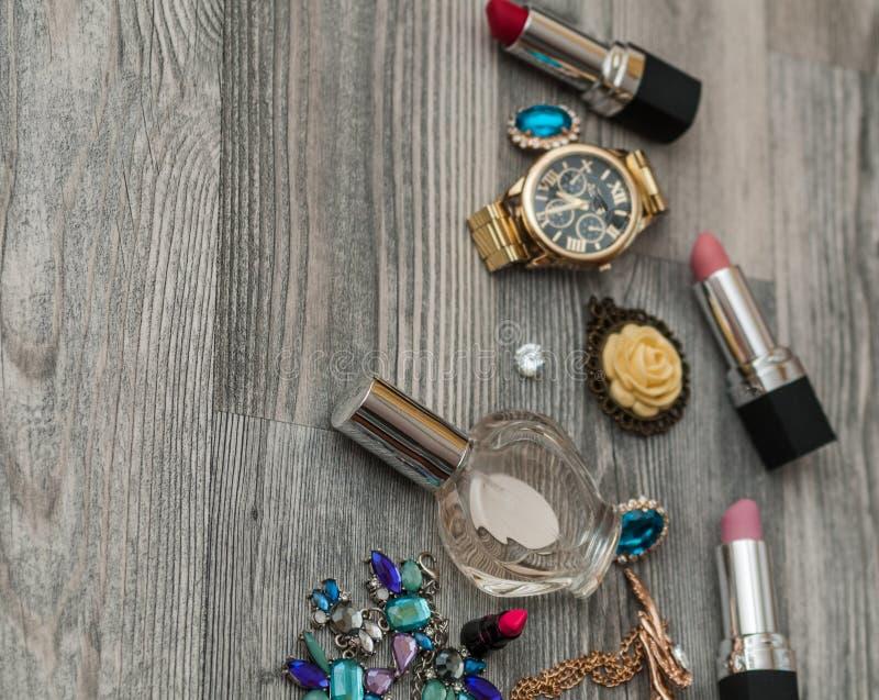 Make-upproducten met kosmetische zak en makarons op lichte achtergrond de samenstellingsborstel, parfum, oogschaduw, bloost bij w royalty-vrije stock afbeelding