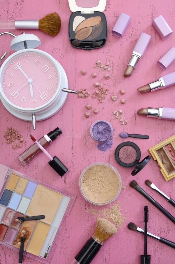 Make-uppunten op Uitstekende Roze Houten Lijst stock afbeelding