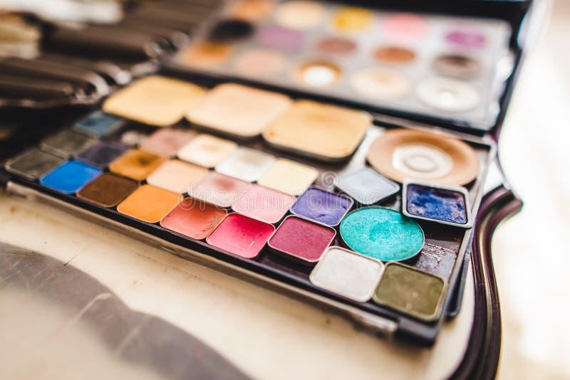 Make-upschoonheidsmiddelen en borstels stock foto's