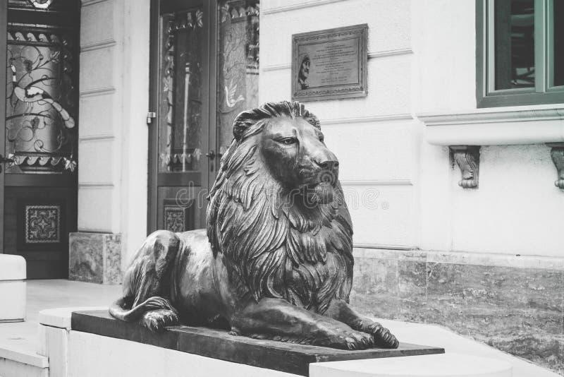 Makedonien Skopje, i stadens centrum skulptur av lejonet Centrum lejon arkivfoto