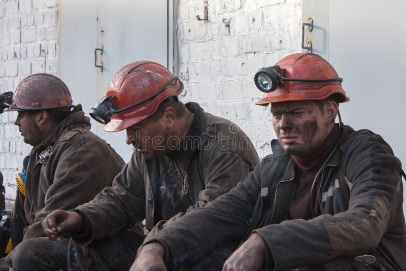 Makeevka, Украина - 30-ое октября 2012: Горнорабочие шахты Yasinovskaya-Glubokaya стоковое изображение