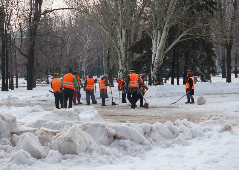 Makeevka, Ucrânia - 14 de janeiro de 2016: Trabalhadores de serviço público que usam a neve das pás fotos de stock