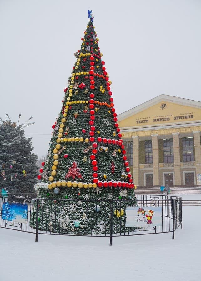 Makeevka, Ucraina - 24 dicembre, 2014: Albero di Natale in a immagine stock