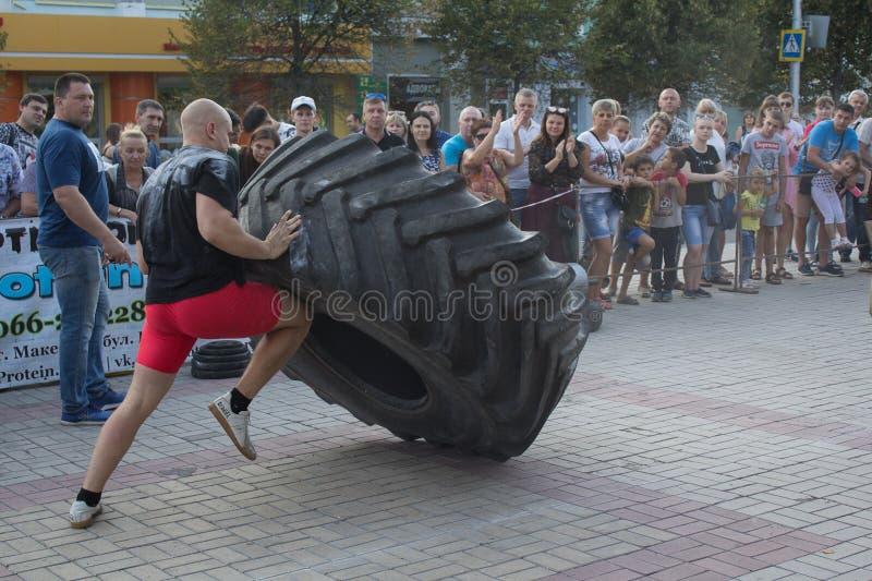 Makeevka, Ucrania - 25 de agosto de 2018: Los atletas compiten en la calle foto de archivo libre de regalías