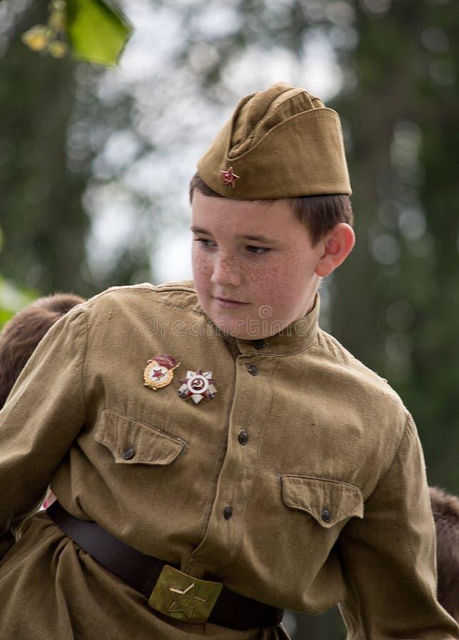 Makeevka, Ucrania - mayo, 9, 2012: Muchacho - participante del histo imagen de archivo