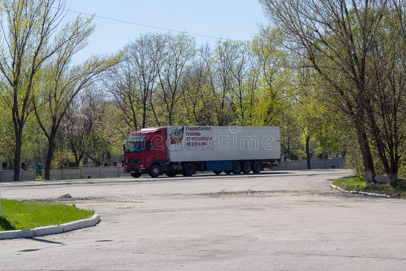 Makeevka Ukraina - April 27, 2017: Åka lastbil med humanitär last på stadsvägen royaltyfria bilder