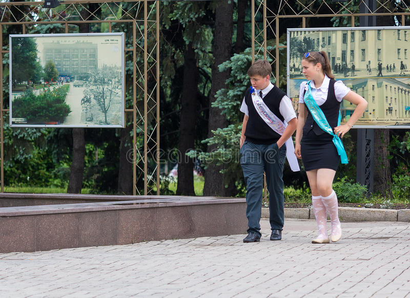 Makeevka, Ukraine - May 29, 2015: Graduates near the fountain. T royalty free stock photos