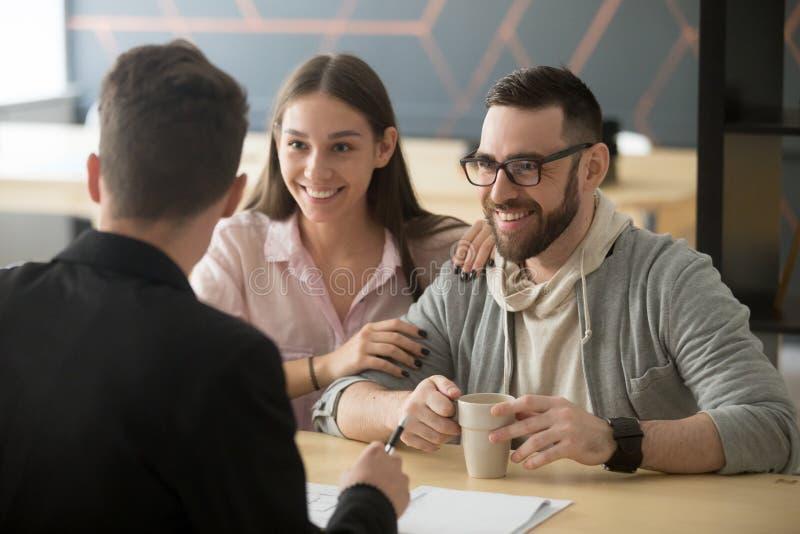 Makelaar in onroerend goed, bankarbeider of het financiële adviseur het raadplegen glimlachen mil stock foto's