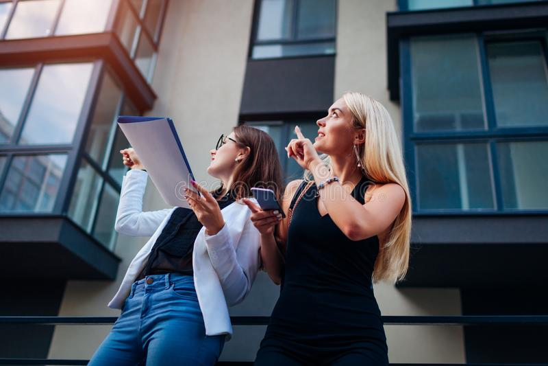 Makelaar in onroerend goed die nieuwe flat voorstellen aan cliënt De onderneemster toont de bouw aan klant royalty-vrije stock fotografie