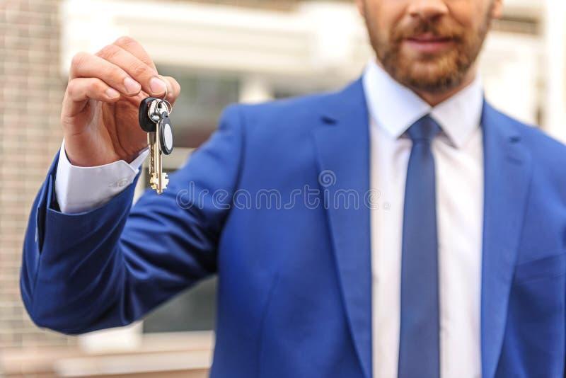 Makelaar in onroerend goed met sleutels tot het huis royalty-vrije stock foto