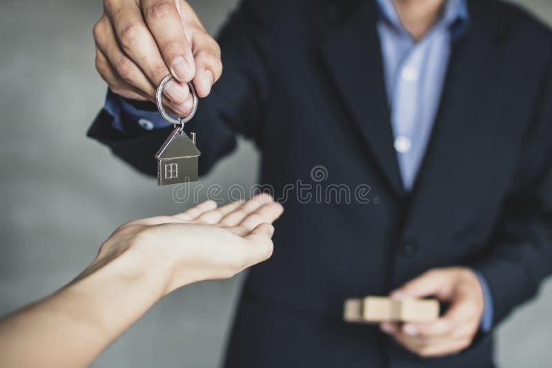 Makelaar in onroerend goed, zakenman of makelaarsholding en hand het geven stock afbeeldingen