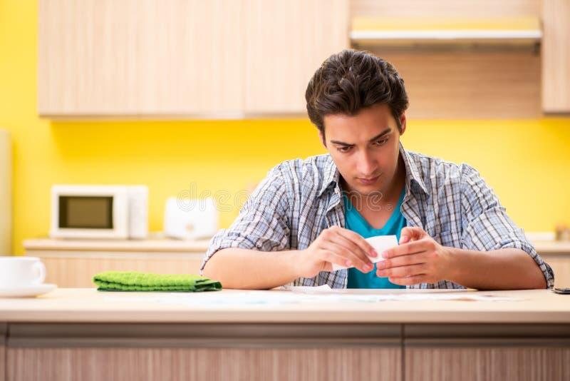 Maken för ung man i budget- planläggningsbegrepp arkivbilder